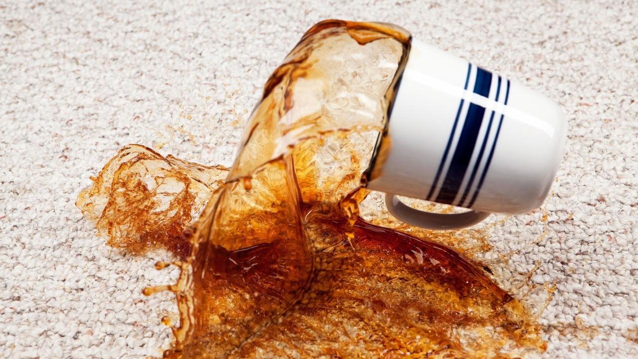 چگونه لکهی قهوه را از روی فرش پاک کنیم؟